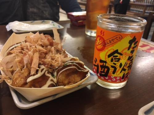 大阪と言えばたこ焼き。メキシコでは食べられない日本のソウルフードだよ。<br /><br />因みに、メキシコはメキシコシティにあるオタクビルにたこ焼きを売っているお店が沢山(そう、沢山!)あるのだが、びっくりするくらい美味しくない。。。キワモノ体験をしたい方は行ってみてください。。。あまりの不味さに卒倒するから。。。ホントだぞ(苦笑)<br /><br />メキシコのオタクが集まる聖域です(笑)<br /><br />ところで、大阪のたこ焼きはやっぱ美味しい。しかも、この「たこ焼きにあう酒」ってのがいいでしょ。ラベルだけ貼り替えたただのワンカップだぞ! ラベル違いで中身は一緒だ(笑)<br /><br />でも、驚くのはまだ早い。<br /><br />