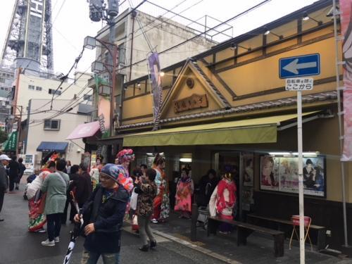 新世界の大衆劇場は一般チケット1600円だ。残念ながらこの日の公演はちょうど終わってしまっていたので、観劇出来なかったけれど、次回はチャレンジしてみたいな。。。<br /><br />