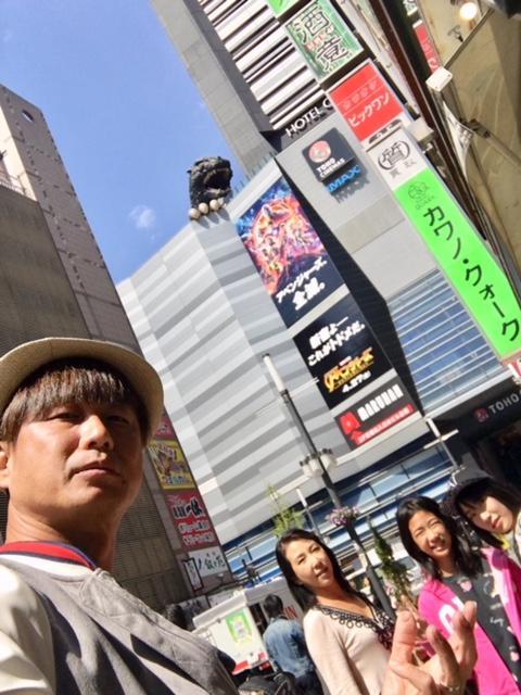 そんでもって、こちらは帰国前日に一泊した東京は歌舞伎町。西の大阪新世界に対して、こっちは東の東京歌舞伎町だ(笑)<br /><br />前回見ることが出来なかったゴジラビルも見て来たぞ(笑)<br /><br />マリオカートも走っていてびっくりした。本当に走っているんだね。お客さんは皆外人だったけど。。。<br /><br />