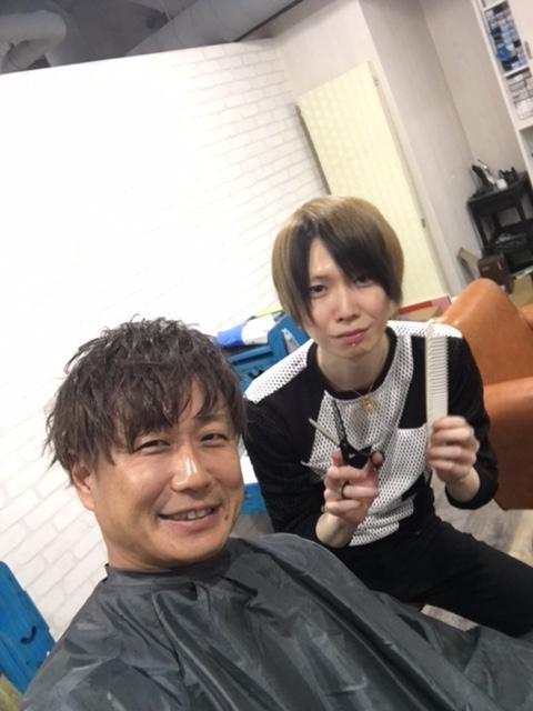 で、前回東京出張の際にお世話になった美容院「クオリア」のIさん。<br /><br />今回は家族サプライズ企画もあり、またまたカットとセットをしてもらいました。<br /><br />吉田さん用にいろいろ髪型考えていたんですが、吉田さん、、、髪短いですね。。。と言われて苦笑い。。。<br /><br />いや、、、夜系の仕事をしているわけではないので、そんなロンゲにするのは難しいですよ(汗)<br /><br />因みに、ここのお客さんはほぼ全員ホストの方ですので、ぶっ飛んだ髪型にしてくれます。パーティセットなど最近は日本でも流行っているようですが、それなら絶対ここがおすすめですよ!<br /><br />ホストじゃなくてもちゃんと切ってくれますので大丈夫です(笑)ボクも前回の時は場違い感抜群でしたからね(苦笑) 因みに、カットそのものもそうですが、やはりセットまでお願いするのが良いです。セットで全然雰囲気が変わりますよ!<br /><br />場所は、移転されたようで、現在風林会館の地下3階にあります。昼間っから営業している夜の店がひしめく奥にあります。。。もう完全異次元ワールドです(^^;;<br /><br />それにしても、店長黒いな(爆)<br /><br />