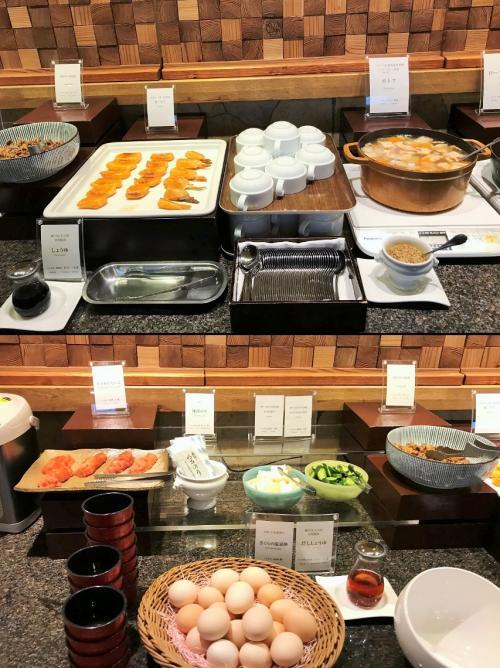 少し時間が経つと、ブッフェ台の前が空いて来たので、さあお料理を取りに行こうかな♪<br />人気のポトフやフレンチトースト!!<br />フランスビストロの朝ごはんをイメージしているからだろうか、、、和食は少なめだったわ。<br />明太子と海苔、お漬物、、、焼きハラスと煮物。<br />ちょっと物足りないと感じたわー