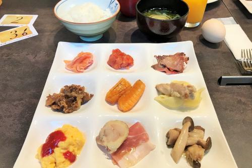 旦那様の最初のお皿は和食メイン。<br />これと言って特別に美味しく感じたものもなく、、、<br />だからと言って、不味いものも無かったけれど、本当に日本一?
