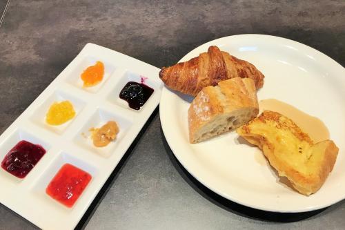 パンの種類も少なくて…<br />クロワッサンと食パンとハード系のパンとフレンチトーストといったラインナップ。<br />本当にこれで日本一なのか?<br />