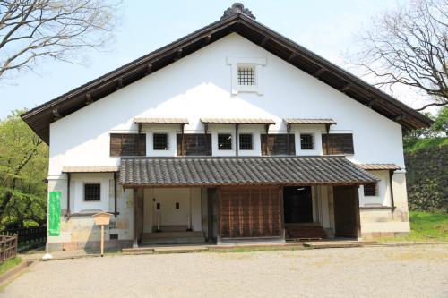 重要文化財「鶴丸倉庫」<br />全国の城郭内土蔵の中でも最大で、明治以降は軍隊の被服倉庫としても利用されていたそうです。