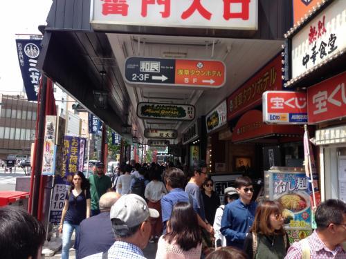 午前11時、地下鉄銀座線浅草駅から地上に出ると人、人、人の波!家を出る時はゴールデンウィーク(以下GW)は都心が穴場と思っていましたが日本人も外人もどこから湧いたのかとにかくすごい人出です。<br />