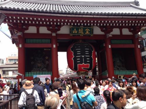 雷門前なんて人ですごいことになっています。でも半分くらいが外国人。中国人や韓国人もたくさんいました。なんだかんだ言って結局日本好きなのね(笑)