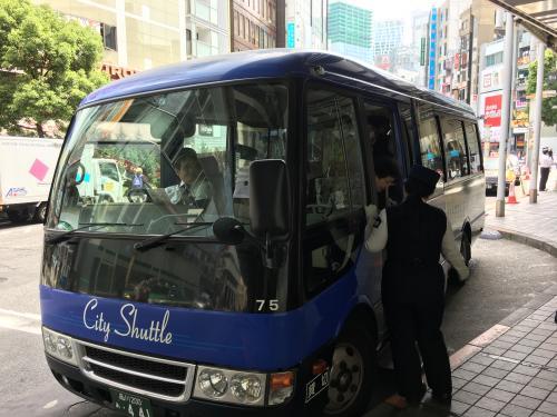 午前10時前、自宅を出発、東急バス・電車を乗り継いで渋谷に到着。<br />田園都市線沿線に住む私にとって渋谷は東京のゲートシティですが、実はあまり降り立つことがありません。若者が溢れるあの雑踏は正直苦手。<br />渋谷駅東口宮益坂乗り場から東急百貨店本店まで循環バス(City Shuttle)で向かいます(写真は本店降車場で撮影)。