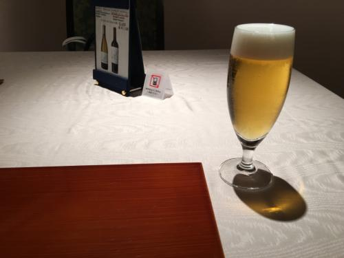 ミニ懐石を予約済み。<br />ワンドリンクが付いています。私はビール、妻は冷たいウーロン茶。