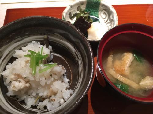 「食事」鯛と山菜の炊込みご飯<br />「香の物」盛り合せ<br />「止椀」味噌汁