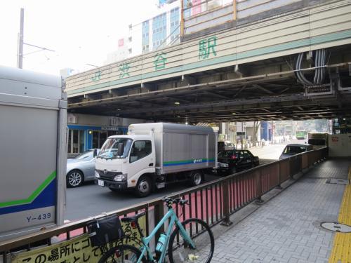 ◆1駅目「渋谷駅」<br /><br />駅名の表示前には人が沢山いて写真をとるのが恥ずかしかったのでこの場所で我慢しました。