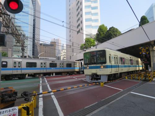 新宿へ向かう途中に行くてを阻む小田急線。4本待ちでした。