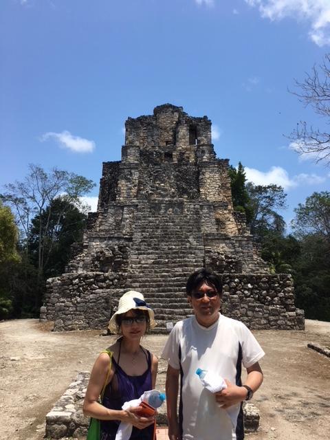 もちろん、マヤ遺跡にもご案内しましたよ。こちらはムイル遺跡の18mの神殿です。このピラミッド、正面が二つある事で有名なんですが、何故だか分かりますか(^^)<br /><br />