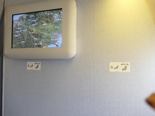 今回は5K(窓側)が空いていました。この席は特別席で、搭乗の数日前にしか選択できるようになりません。(ダイヤモンドクラスなら事前に選択できるのかもしれない。)通常この席は、どんなに他が空いても通路側がすぐ埋まってしまうのですが、それを選択するのはせっかちなせっかちなビジネスマンだと思われます。世間はGWなので、そんなに出張は考えられないだろうとこの席を選択しました。