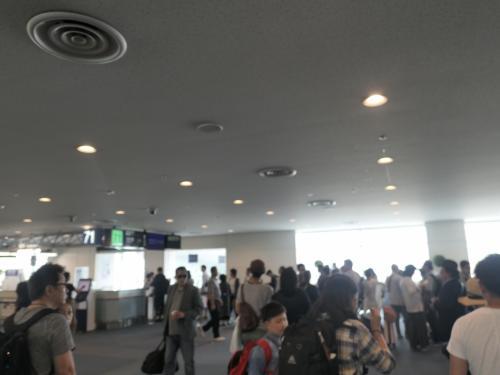 すでに周りには多くの人が集まり、待合室の席はすべて埋まって多くの人が立って搭乗を待っています。