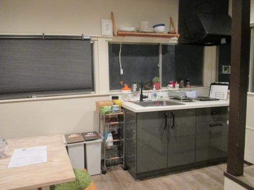キッチン<br />横のワゴンに無料のインスタントコーヒー、紅茶、お茶、抹茶ミルクなどあり。
