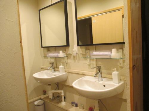 二階 廊下の突き当りにトイレが二つ。<br /><br />洗面台も二つ。<br /><br />建物は古そうだが、内装はとてもきれい。