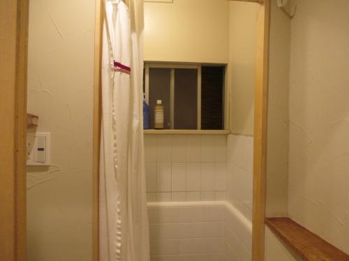 洗面台の向かいがシャワー室。<br /><br />使用時間は、18:00~1:00、7:00~10:00。<br />6:00前のチェックアウト予定だから朝シャンはあきらめた。<br />