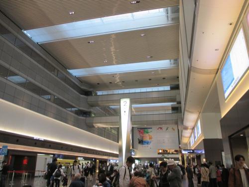 4月 28日(土)<br />羽田空港 国内線第1ターミナル 2階 南ウィングへやって来ました。<br />ゲストハウスに入る前に夕食を済まそうと思って。<br /><br />どうでもいいことですが、スッピンです。