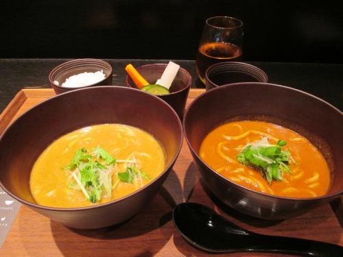 トマトカレーうどんのつもりが、カレーうどんとのハーフ&ハーフがあったのでそちらをオーダー。<br /><br />小鉢はご飯、ピクルス(美味しかった)、お出汁。