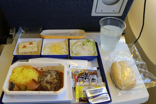 機内食のチョイスは、和食と洋食の選択ですが、和食はちらし寿司、洋食はチーズハンバーグとどちらも日本食じゃないと突っ込みを入れたくなります(笑)<br /><br />洋食にはパンが付くので、洋食を選択することにしました。<br /><br />味の方はファミレス並みかな。<br />日系キャリアでは機内食に素麺やソバなどの麺が付くのでありがたいと言えばありがたいのですが、美味しく無いのが残念なんですよね~<br /><br />機内食の後は、映画コンテンツに「君の名は」があったので見入ってしまいました(笑)
