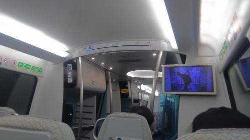 夕方まで撮影した後は、エアポートエクスプレスに乗り込み中環へ向かいます。<br /><br />それにしても香港は先進的な都市です。空港の到着ロビーから段差なくエアポートエクスプレスに乗れるのは凄いです。<br />片道110HKDですが同日の往復なら片道分で済むのはトランジット客には魅力ですね。<br /><br />車内はリクライニングしませんが、無料WiFiがあり車両によってはUSBポート付いており充電も出来てしまうのですから、中環までの24分はあっという間です。<br />