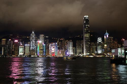 食後は散策でもするかとスターフェリー乗り場に乗ってカオルンへ<br /><br />チムサチョイのあたりを適当に歩いてみますが、昔さながらの路地も残っていれば真新しい複合ビルになっていたりと香港のダイナミックな動きを実感した後、今度は地下鉄に乗って中環に戻り、エアポートエクスプレスで早めに空港に戻ります。<br /><br />