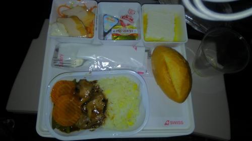 香港からはLX139便でチューリッヒに向かいまし。<br />夏のバケーションシーズンという事もあってほぼ満席でした。<br /><br />離陸後機内食のサービスがあるので、深夜ですがちゃんと頂きました(笑)