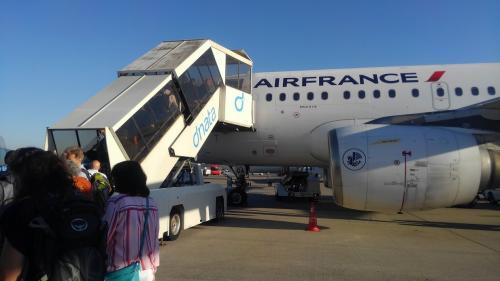 チューリッヒ空港にはほぼ定刻の6:10に到着します。<br />入国審査を済ませて到着ロビーに出て友人と久しぶりの再会です。<br /><br />握手もソコソコに出発ロビーへ移動します。<br />と言うのもこの後、7:40発のエールフランス(AF)でパリ・シャルル・ド・ゴール空港(CDG)へ向かうのです。<br /><br />チェックインは昨晩、香港でオンラインチェックインを済ましていたのでが、搭乗券を受け取って無いのでAFカウンターで搭乗券をもらうと1枚で往復分になっている搭乗券を受取りゲートに向かうとバスで移動となりました。<br />