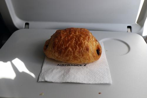 CDGへはスポッティングするのと今回搭乗する機体がA318とA320シリーズの中では生産機数が少なく乗る機会が今まで無かったので、この機会に乗ろうと言うことでCDGへ向かいます。<br /><br />機内では朝食代わりのクロワッサンのサービスがありました。<br />これが結構、美味しかったです。さすがフランス?と言ったところでしょうか?