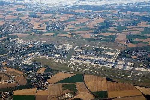 1時間ほどでCDG空港上空へやって来ました。<br />どうやら今日は予想に反して、西側からのアプローチの様です。