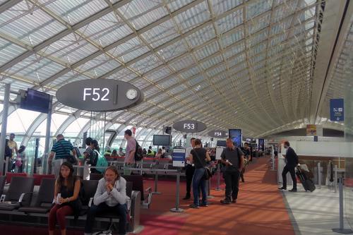 午後まで撮影して「Aéroville」で遅めのランチにして空港に戻ります。<br /><br />AF1816便は16:30発です。<br />それまでF52ゲート近くのラウンジで一服してから朝、チューリッヒから乗って来たのと同じ機体F-GUGAでした。<br /><br />帰りは定刻より早く16:20にドアクローズとなり、16:28にはプッシュンバックが始まりRWY08Lに向かいました。<br /><br />フライトタイムは50分程と短く16:41に離陸し西に向かい、見慣れたチューリッヒのアプローチコースを辿りRWY14に17:25に着陸です。実フライトタイムは44分という短いフライトでした。