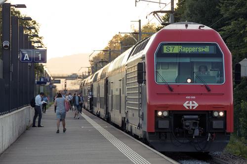 友人宅で一泊した翌日、朝から撮影に出掛けました。<br /><br />夏の間だと丁度朝日が昇る時間にあたるので、着陸してくる飛行機がオレンジ色に染まるシーンが撮影できるというので、歩いて5分程のSBB「Kloten Blasbrug」駅へ向かいます。<br /><br />駅のホーム端から空港へのアプローチを撮影でき、同時に列車の撮影まで出来てしまう一石二鳥な場所(友人談)なのです。<br /><br />朝練を終えて友人宅で朝食にした後、空港へ向かいます。