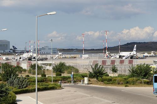 アテネ空港には16:40にRWY07に着陸し、ほぼ定刻に到着しました。<br /><br />預けた荷物をピックアップして、オリンピック航空で荷物を預けなおします。<br /><br />アテネ空港は昔、市内近くの旧空港時代に来たことがありますが、新空港は初めてです。新空港と言う割に少し古めかしいのは建設期間が長期に渡ったことが要因なんでしょうかね。<br /><br /><br />スキアトスへのフライトは19:35発のOA76便まで搭乗待合室で待つことにします。