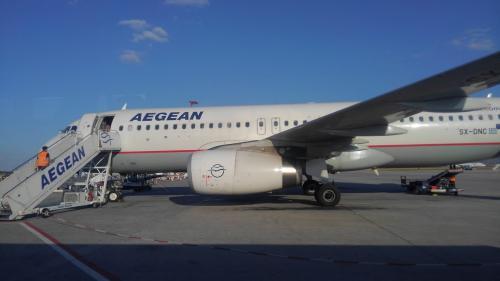 OA76はダッシュ8の運航の筈ですが、今日はエーゲ航空のA320にシップチェンジです。<br />OAはエーゲ航空の子会社なので、予約状況に応じて機材の融通をしています。<br /><br />どうやらこの便の折り返しが予約過剰状態だったようで、OA76はガラガラでドアクローズとなりました。<br /><br />12Aの座席に座りましたが12B,12C席とも空いたままでお陰?で一人1列使えます(笑)<br /><br />定刻早くドアクローズしプッシュバックが始まり、RWY07Rから離陸しました。<br />