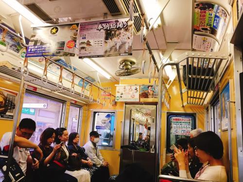 当たり前ですが、中吊り広告は全て日本語でキレイに並んでいて、車内でもみんな静かにきちんと座っていて…、うーん、日本に帰って来た!って実感します(笑)。<br /><br />1時間15分ほど乗車して、日暮里駅で下車しました。