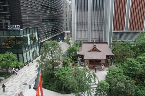 同上。<br /><br />窓から『福徳神社(芽吹稲荷)』が見える♪<br /><br />コレド室町2の直ぐ脇にある。