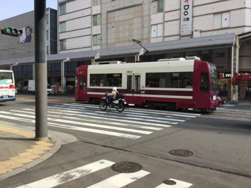 長崎で一泊をして、旅に出て2日目。この日は楽しみしていた軍艦島観光。朝食を食べに街中に。路面電車っていいね。