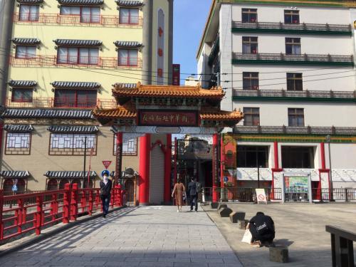 中華街の入口。中華街ラストオーダーは21時前らしいのでご注意を。