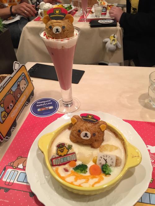 1週間のヨーロッパ旅行から帰国後、日本での初めての食事がキャラカフェってねぇ(笑)。<br /><br />値段設定は決して安くないのですが、この何とも言えないかわいさと、凄いボリューム! 高いとは感じませんね。 ドリアとイチゴミルク、美味しく頂きました! メニューの詳細は別途キャラカフェ/コラボカフェ巡りの旅行記を後程公開するので、そこで紹介させていただきます。
