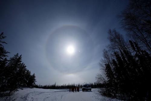 月の周りに円になってる現象。