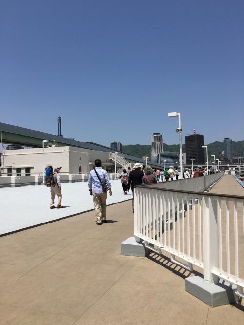 港の桟橋には、多くの人が、客船を見に来て<br />いました。