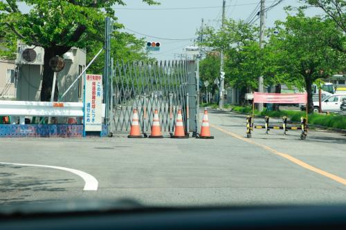 桜並木を車で走るとほどなくバリケードがありました。<br />富岡町も一部が帰宅困難区域に設定されております。