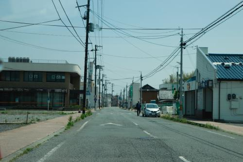Uターンをし富岡町の市街地を車で走ります。<br />まだまだ人が戻っておらず町は営業していない商店が立ち並びます。<br /><br />その一方で写真には上がっていませんが、銀行や警察など生活のインフラは戻っており、さらに建物取り壊しも進んでいて<br />これから復興に向けて動き出しているという側面も感じられました。