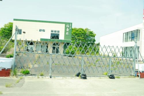 帰宅困難区域では建物への立ち入りが勝手にされないように、各建物の前はすべてバリケードが設定されております。