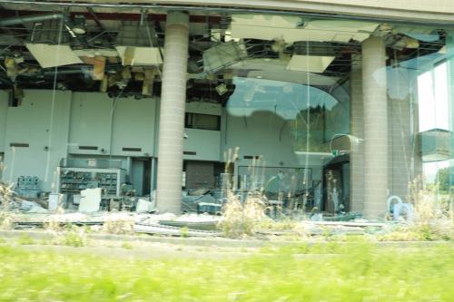 帰宅困難区域に目を向けるとこのように完全に朽ちてしまった建物や。