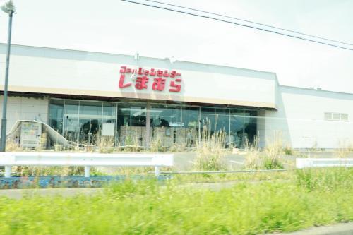 朽ちていながらも当時売られていたものが、売り物がそのまま残っている建物があります。