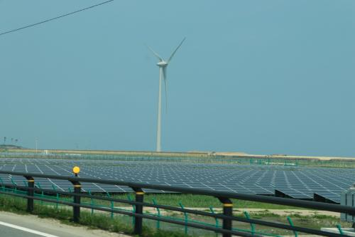 相馬周辺ではソーラーパネルや風力発電の装置が随所に見られます。<br />これらは東日本大震災の後に作られたもののようです。