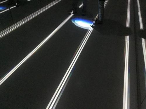 しばらく待つと、照明が変わり、床を照らしていきます。