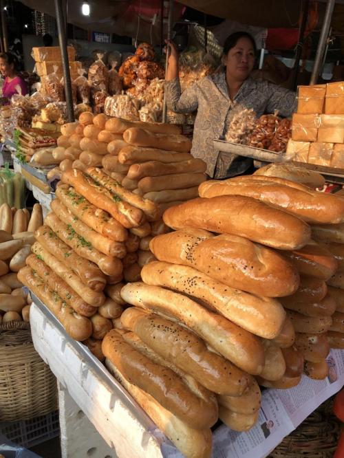 入り口すぐのところに、バケットやそれを使ったサンドイッチが山積みです。<br />今日は帰国日なので、お土産用に何もはさんでいないものを調達。<br />これお勧めです。<br />おうちに帰って余韻に浸れるから。<br /><br />カンボジアは、元フランス領だったので、<br />ベトナムやラオス同様、バケットが美味しいんですよね。<br />日本で言うところのバタールに食感が近い感じ。