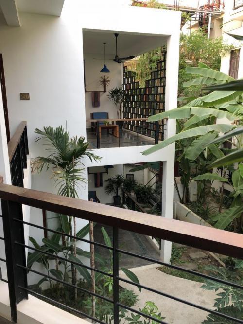 東南アジアのリゾートホテルらしく、バナナや椰子の木が中庭にたくさん。<br />フロントのある棟は、木を多用したシックなインテリアなのですが、<br />プールを隔てた別棟は、お部屋の前もリビングのような椅子が配置されていて、<br />リゾートぽい雰囲気満載です。